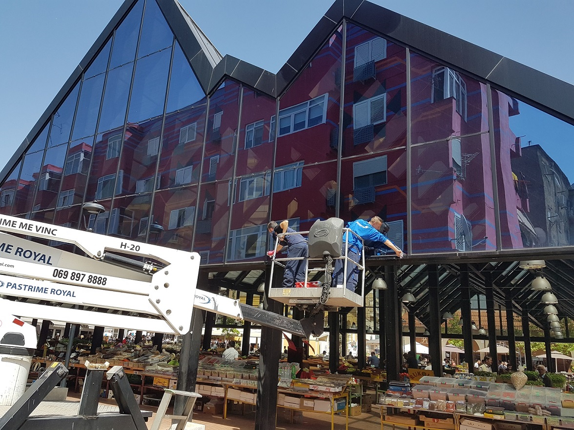 Maintaining the facades of the New Bazaar in Tirana